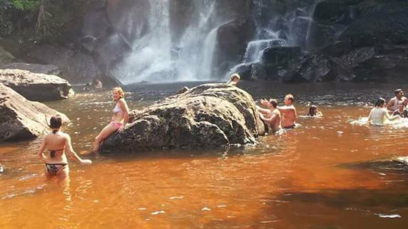 Kbal Pean tourists enjoying the waters of 1000 Lingas